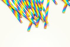 Устранимые красочные бумажные соломы на белой предпосылке стоковые фото