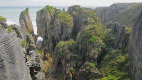 Утесы и золоедины блинчика Punakaiki в национальном парке Paparoa, Новой Зеландии видеоматериал