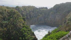 Утесы и золоедины блинчика Punakaiki в национальном парке Paparoa, Новой Зеландии сток-видео