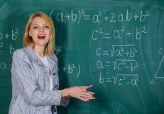 учитель на уроке школы на классн классном Женщина в классе задняя школа к День учителей Исследование и образование самомоднейше стоковые изображения rf