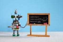 Урок искусственного интеллекта и тригонометрии в коллеже Учитель робота объясняет противоположность теории тригонометрическую стоковое изображение rf