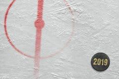 Шайба и часть арены хоккея с центральным кругом стоковые изображения