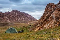 Шатер в горах Отключение велосипеда Средняя Азия стоковое фото rf