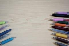 Шариковые ручки на деревянном столе стоковые фотографии rf