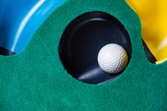 Шар для игры в гольф на установке циновки стоковая фотография