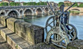 Шестерни замка на реке Гаронне, Тулуза, Франции, районе Pont Neuf стоковые изображения rf