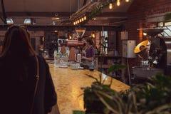 ШЕФФИЛД, ВЕЛИКОБРИТАНИЯ - 9-ОЕ ДЕКАБРЯ 2018: Штат работая перенос на работах столового прибора стоковая фотография