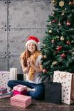 Шикарная женщина мечтает подарка для рождества стоковое фото