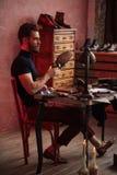 Шикарный парень ударяя ботинок с молотком стоковые изображения