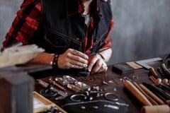 Шикарный творческий человек сплющивая и формируя металлы и ювелирные изделия стоковые фотографии rf