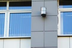 Шипы Анти--птицы на элементах фасада здания стоковые изображения