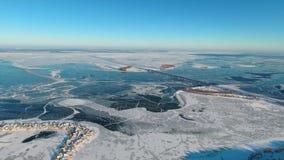Широкие замороженные река и мост с взглядом птиц-глаза видеоматериал