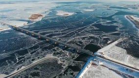 Широкие замороженные река и мост с взглядом птиц-глаза акции видеоматериалы