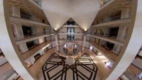 Широкоформатный лоток внутри музея исламского искусства, Дохи, Катара сток-видео
