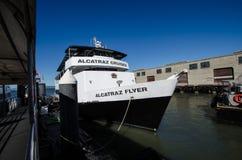 Шлюпка круизов Alcatraz, летчик Alcatraz, посетители переходов и туристы к стоковое фото rf