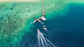 Шлюпка скорости возглавляя к моле острова Manukan стоковые фотографии rf