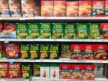 Шутихи закуски для продажи на гастрономе стоковые изображения rf