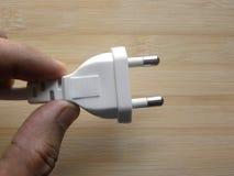 Штепсельная вилка белого цвета штыря удерживания 2 руки мужская стоковое изображение