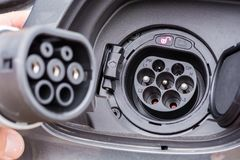 Штепсельная вилка типа 2 на поручая гнезде гибридного автомобиля стоковая фотография