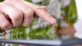 таблетка близкого экрана ПК человека изображения руки фокуса перста поля глубины цифрового самомоднейшего отмелая касатьясь вверх видеоматериал