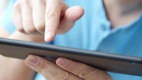 таблетка близкого экрана ПК человека изображения руки фокуса перста поля глубины цифрового самомоднейшего отмелая касатьясь вверх сток-видео