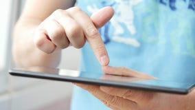 таблетка близкого экрана ПК человека изображения руки фокуса перста поля глубины цифрового самомоднейшего отмелая касатьясь вверх акции видеоматериалы