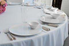 Таблица ресторана события белая служила и ждет гостей стоковые изображения rf