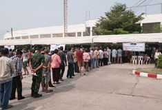 Тайские люди стоят в строке для предвыборного на Khonkaen, Таиланде стоковое фото rf