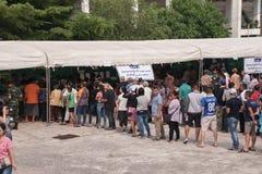 Тайские люди стоят в строке для предвыборного на Khonkaen, Таиланде стоковая фотография