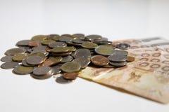 Тайские деньги на белой предпосылке Кредитки Таиланда аранжированные в комплекте стоковые изображения rf