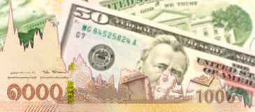 Тайский бат новые 1000 против банкнот доллара США с диаграммой спада показывая торговые связи стоковое фото