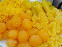 4 тайского Khanom различных золотых тайских десертов болезненных - фасоль shredded, круглая, mung, и яичный желток цветка стоковое фото rf