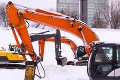 Танец экскаваторов в снеге стоковые изображения