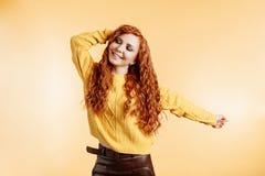 Танцы женщины Redhead с выражением стороны счастья стоковые изображения rf