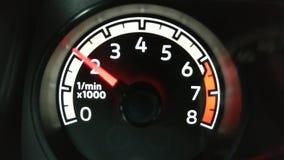 Тахометр автомобиля возбуждает против возбуждать двигателя видеоматериал