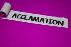 Текст аккламации, воодушевленность и положительная концепция флюидов на пурпурной сорванной бумаге стоковое фото