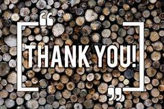 Текст сочинительства слова спасибо Концепция дела для предпосылки признательности подтверждения благодарности приветствуя деревян стоковые изображения