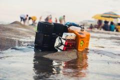 Тележка игрушки помытая на берег стоковые изображения