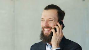 Телефон дружелюбного человека делового сообщества говоря акции видеоматериалы