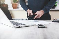 Телефон руки человека с клавиатурой стоковая фотография