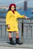 Тенденция осени девушка немногая напольное Красотка способа погода весны девушка счастливая немногая Мода весны ребенк ребенок ст стоковые изображения