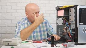 Техник побеспокоенный замедленным движением фиксируя разочарованные компьютер и жестикулировать видеоматериал