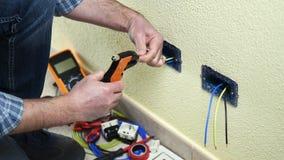 Техник электрика на работе на жилой энергетической системе Строительная промышленность видеоматериал