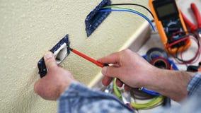 Техник электрика на работе на жилой энергетической системе Строительная промышленность акции видеоматериалы