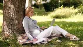 Технология образования и концепция интернета Офис окружающей среды Преимущества outdoors работы Женщина с работой ноутбука акции видеоматериалы