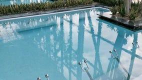 Термальный бассейн - клокоча поверхность воды видеоматериал