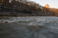 Тибр в солнце Рима после обеда стоковая фотография rf