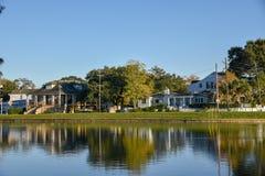 Типичные дома в заболоченном рукаве реки St. John Нового Орлеана (США стоковая фотография