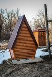 Туалет страны сделанный из древесины, с современным дизайном во дворе стоковое фото