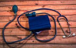 Тумак и стетоскоп кровяного давления стоковое изображение
